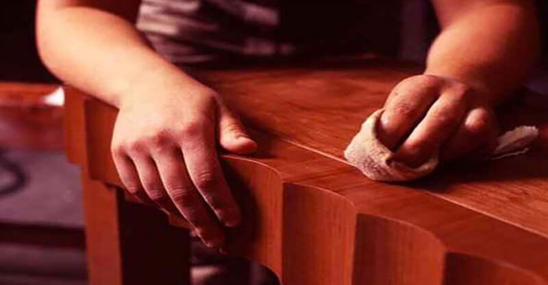Đánh véc-ni cho các món đồ gỗ